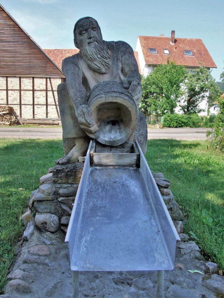 Eine Statue erinnert in der Ortsmitte an den letzten Goldwäscher Affolderns. (Foto: Uli Klein)