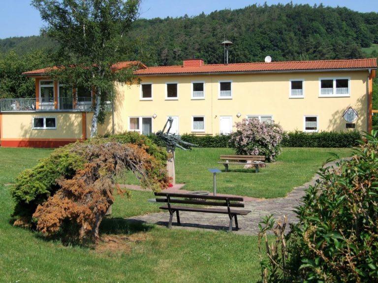 Das Dorfgemeinschaftshaus umgeben von einer kleinen Parkanlage. (Foto: Uli Klein)