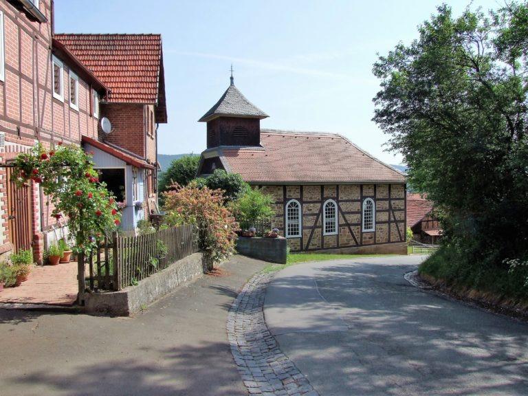 Ein Blickfang: Die Dorfkirche. (Foto: Uli Klein)