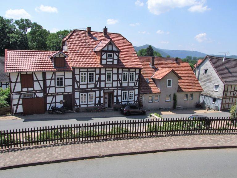 Blick in die Schulstraße. (Foto: Uli Klein)