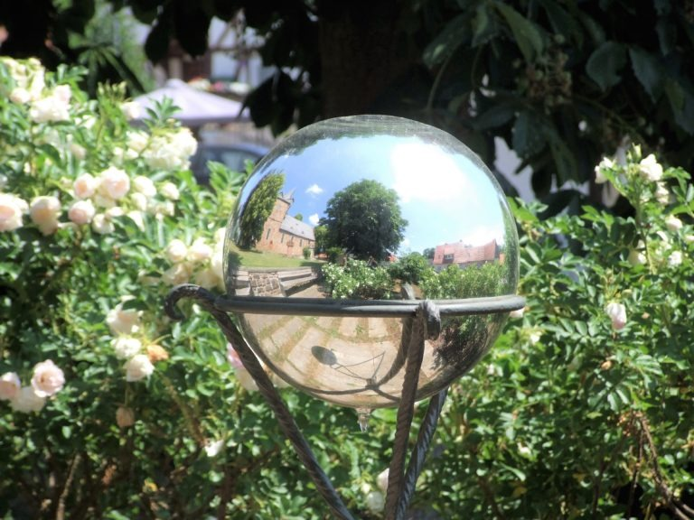 Das Bergheimer Wahrzeichen: Die Glaskugel - darin spiegelt sich unter anderem die Martinskirche. (Foto: Uli Klein)
