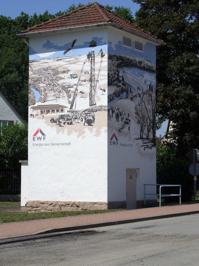 Gemälde verzieren ein Trafohaus in der Dorfmitte. (Foto: Uli Klein)
