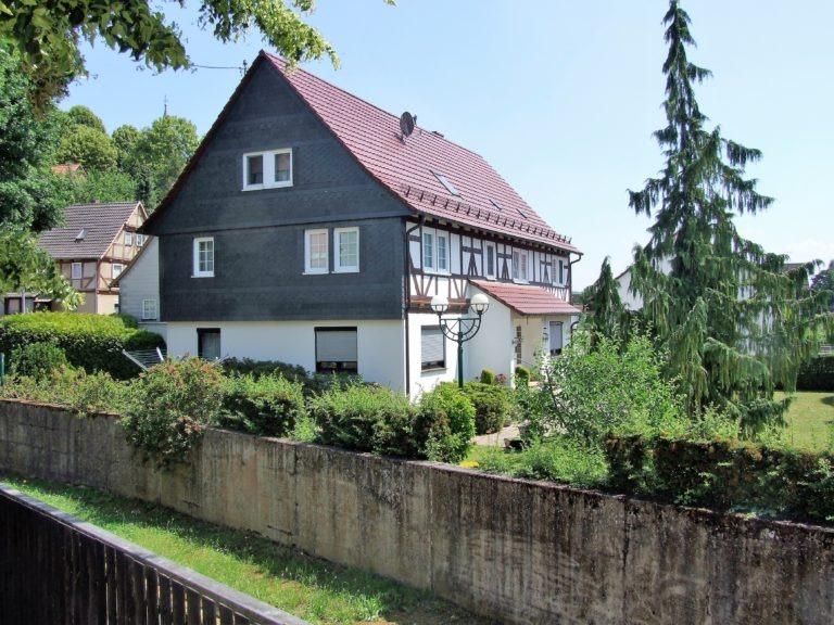 Ein Fachwerkhaus am Ufer des Kissbachs. (Foto: Uli Klein)