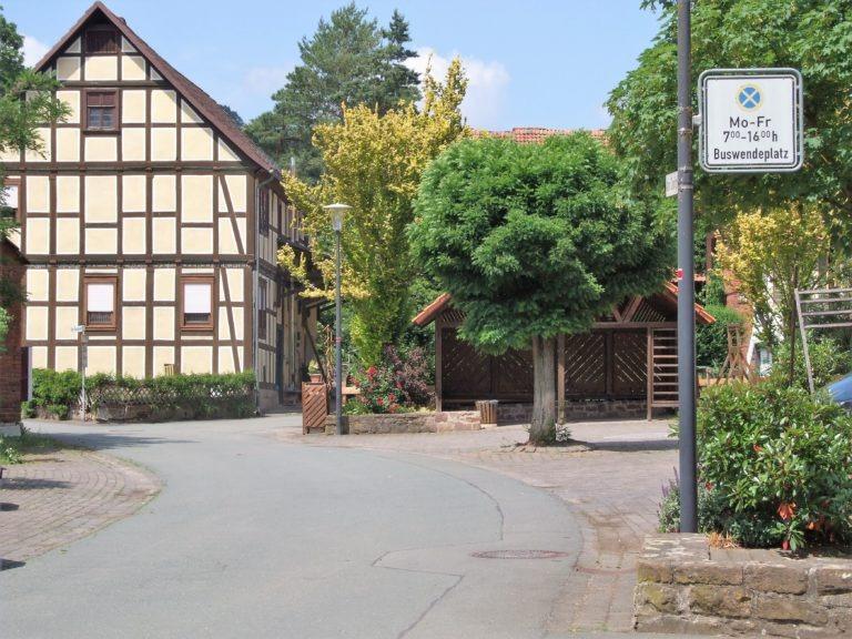 Dorfplatz in der Ortsmitte. (Foto: Uli Klein)