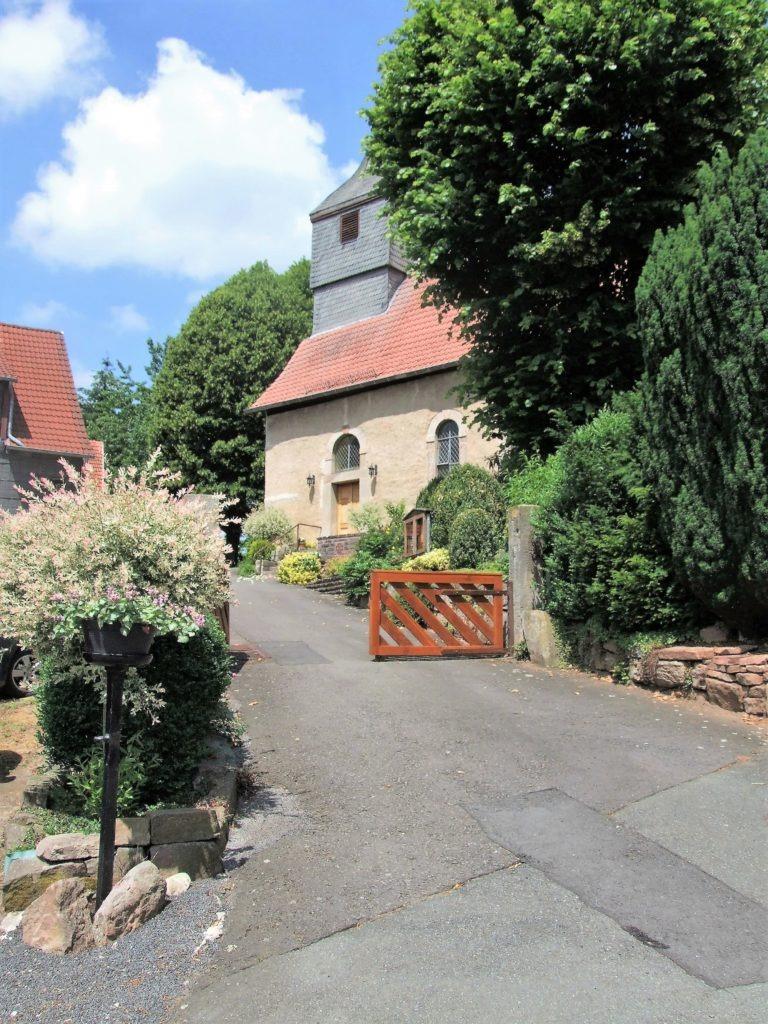 Fußweg zur Dorfkirche. (Foto: Uli Klein)