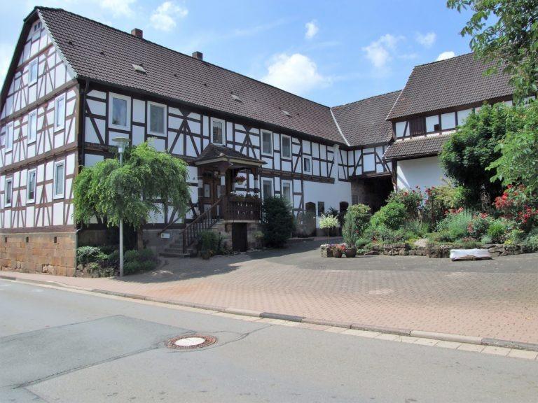 Liebevoll saniertes Fachwerkhaus mit blühendem Hofgarten. (Foto: Uli Klein)