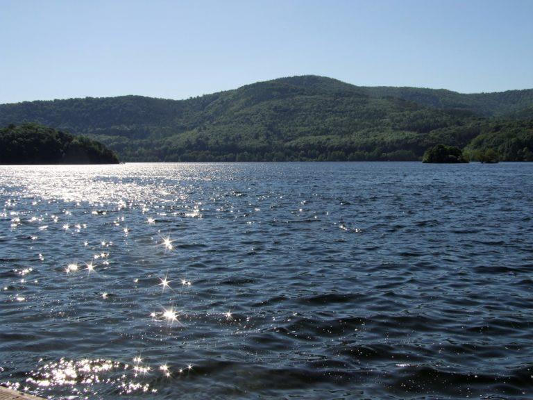 Die Sonne bringt den See in der Bringhäuser Bucht zum Funkeln. (Foto: Uli Klein)