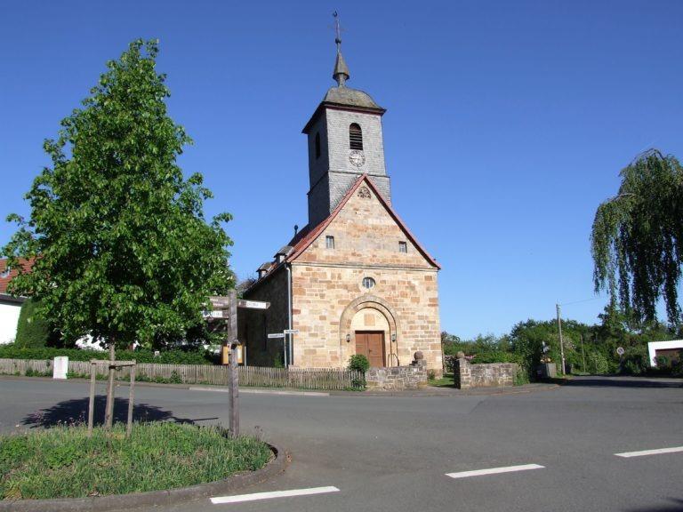 Die Dorfkirche wurde einst im Seegebiet abgebaut und auf dem Daudenberg wieder errichtet. (Foto: Uli Klein)