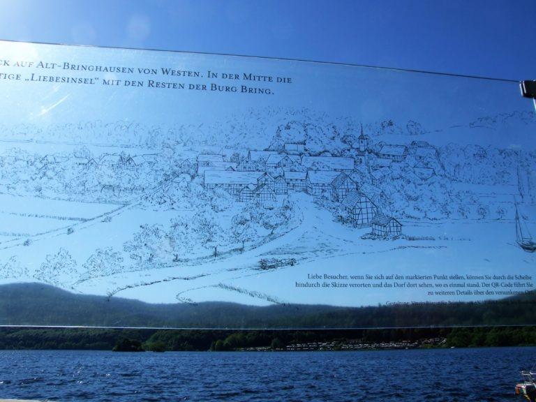 Eine Hinweistafel erinnert an die ehemalige Dorfstelle Bringhausen. (Foto: Uli Klein)