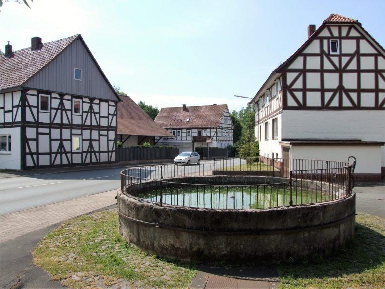 Der Kump in der Dorfmitte. (Foto: Uli Klein)