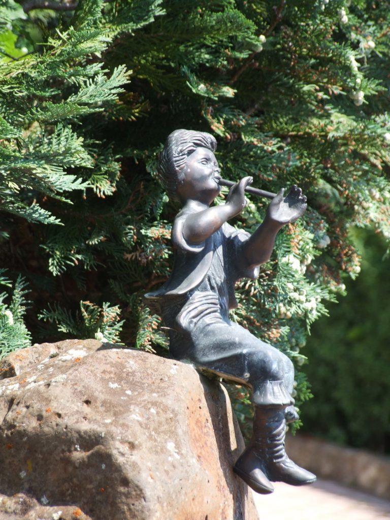 Ein Flötenspieler an einer Hofeinfahrt. (Foto: Uli Klein)
