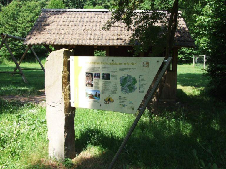 """Eine Infotafel des Geoparks """"Grenzwelten"""" weist auf die spektakulären Grabungsfunde aus der Steinzeit hin. (Foto: Uli Klein)"""