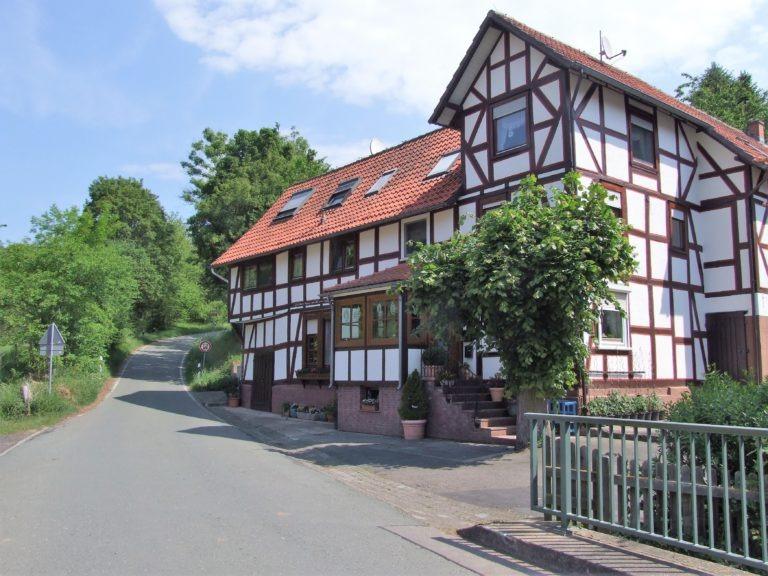 Ein gepflegtes Fachwerkhaus am Straßenabzweig Richtung Böhne. (Foto: Uli KLein)