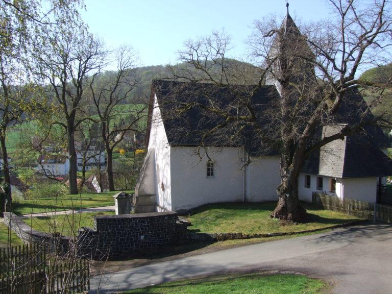 Die auf einem Berg gelegene Dorfkirche. (Foto: Uli Klein)