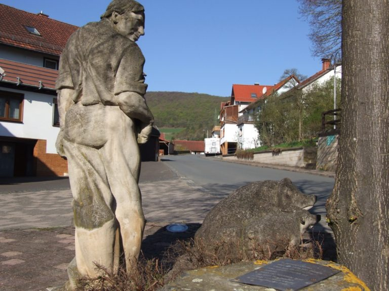 Die Schweinehirte-Skulptur aus anderer Perspektive. (Foto: Uli Klein)