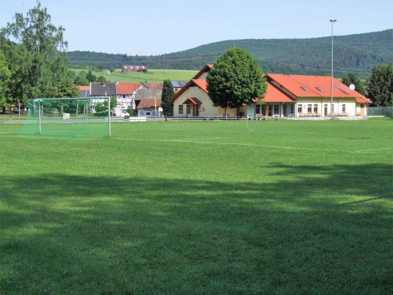 Die Sportanlage und das Dorfgemeinschaftshaus im Hintergrund. (Foto: Uli Klein)
