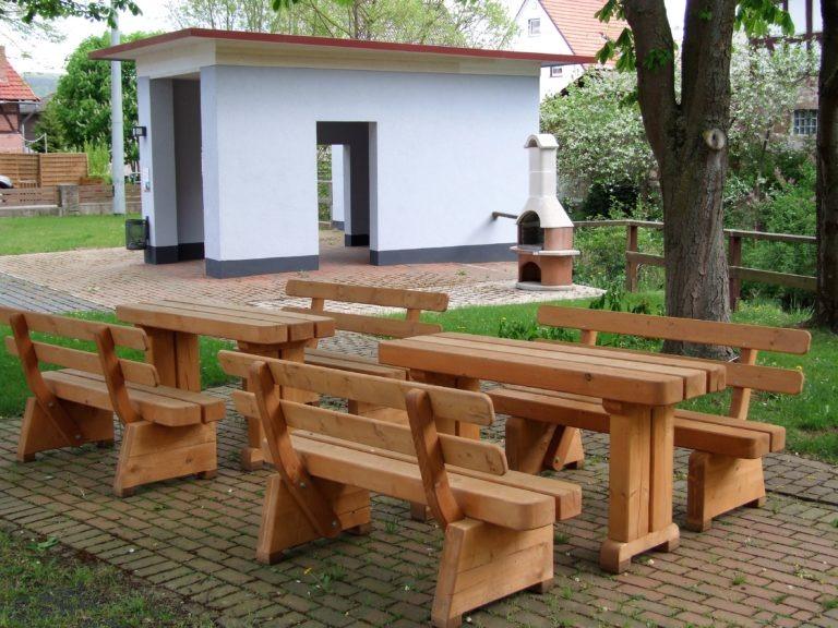 Sitzgruppe mit Grillmöglichkeit in der Dorfmitte. (Foto: Uli Klein)