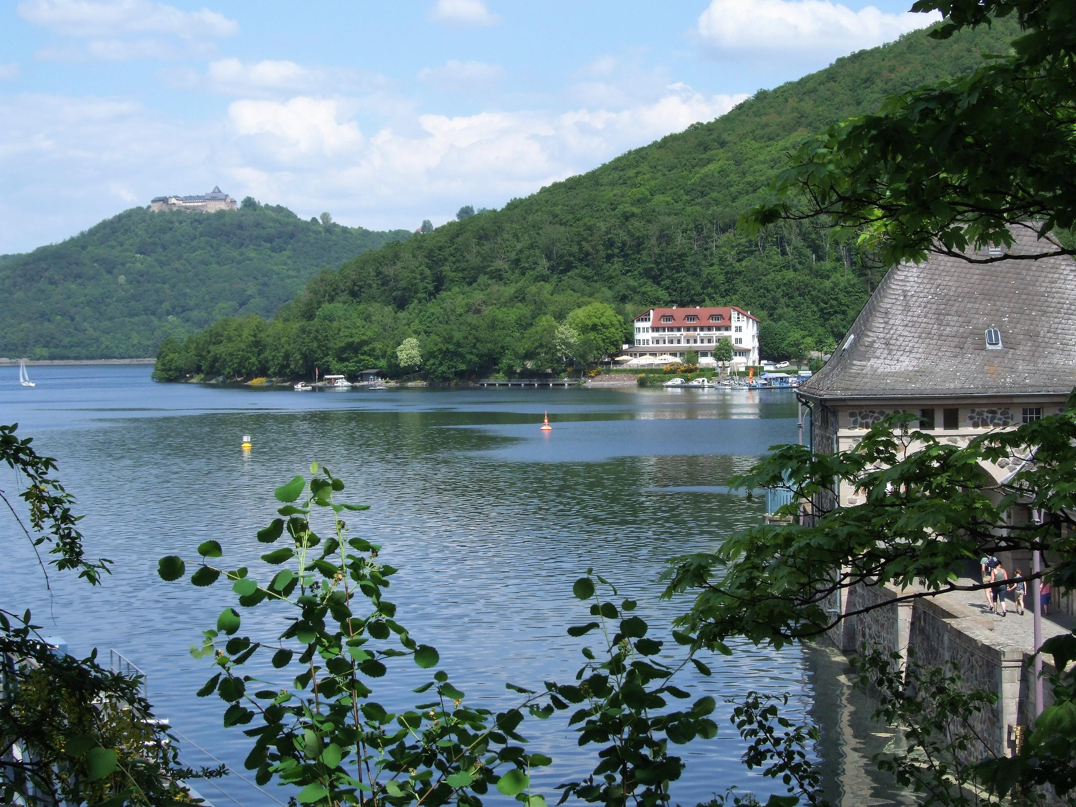 Beliebtes Fotomotiv: Die Sperrmauer, das Hotel Ederseeblick, der See und Schloss Waldeck. (Foto: Uli Klein)