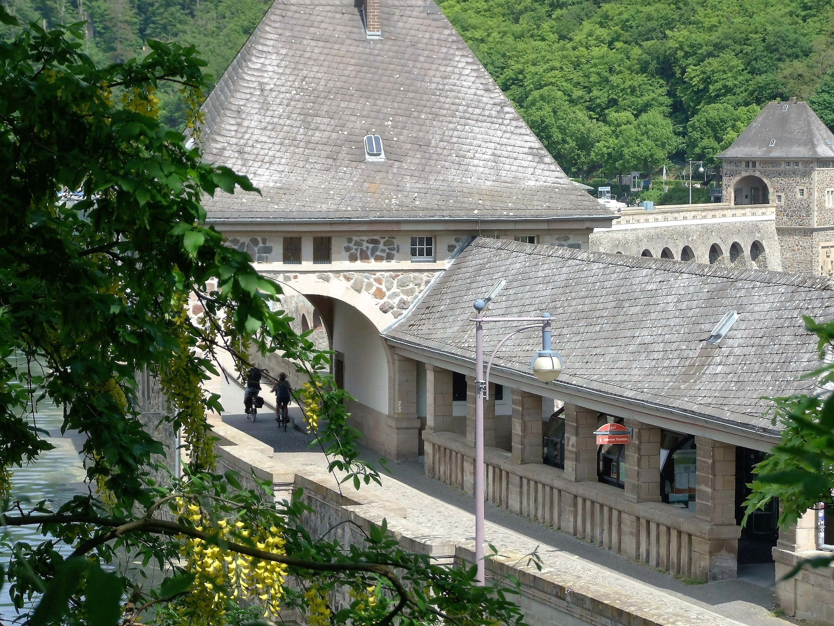 Die Sperrmauer mit ihren beiden Torhäusern. (Foto: Uli Klein)