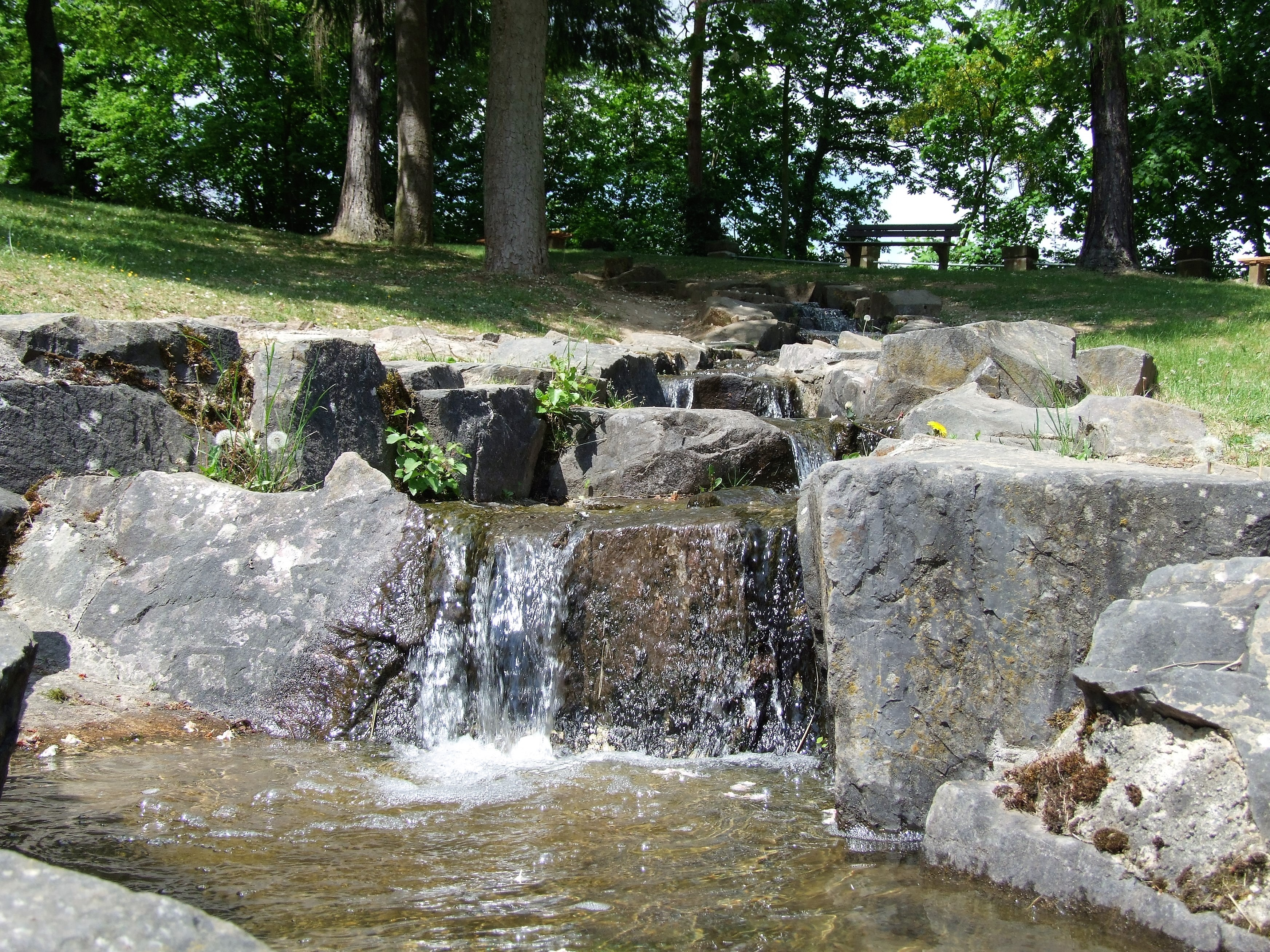 Ein nachgebildeter Bachlauf speist den Aquapark in Edersee. (Foto: Uli Klein)