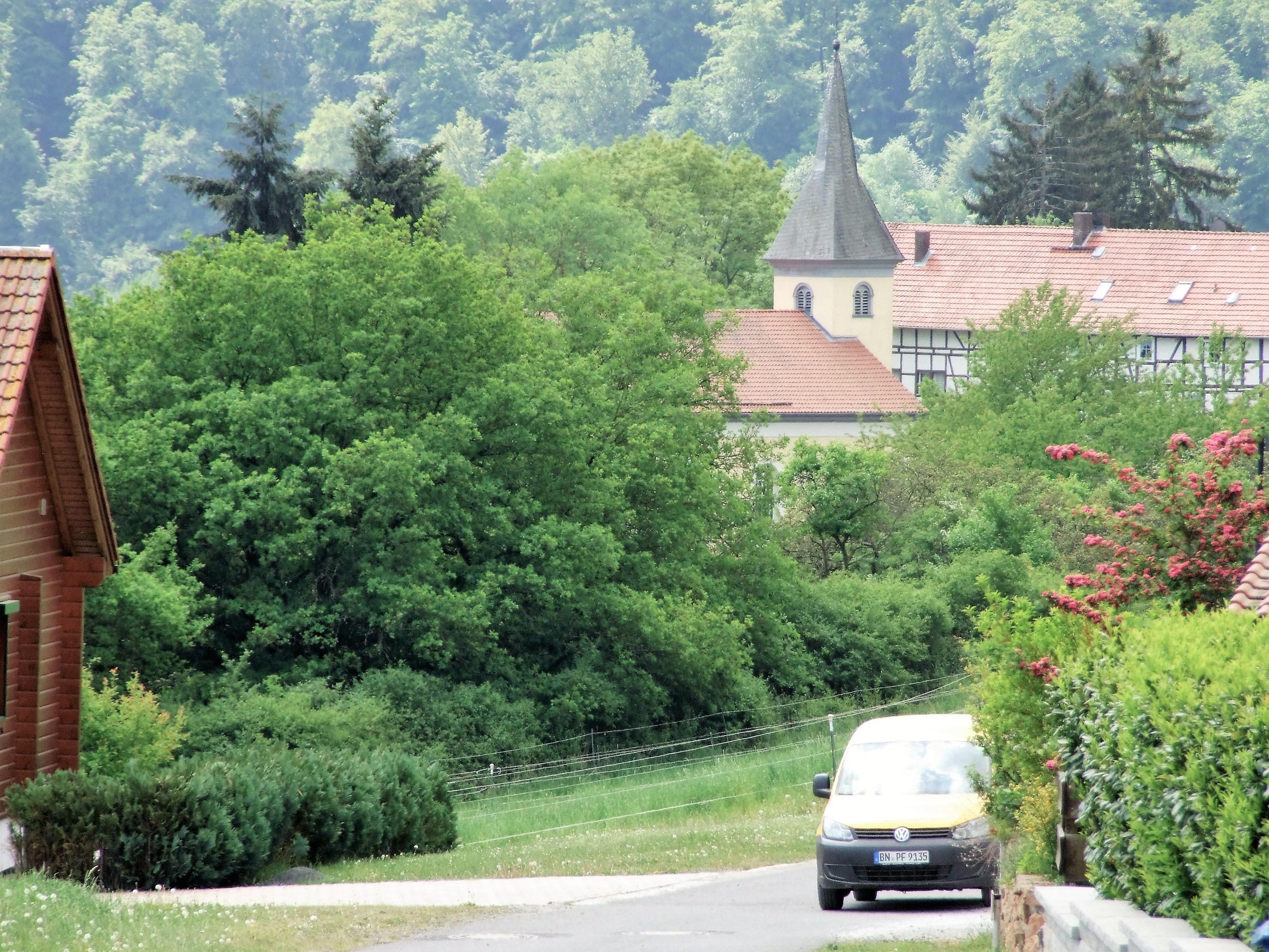 """Blick vom Neubaugebiet """"Am Klausberg"""" auf die Kirche. (Foto: Klein)"""