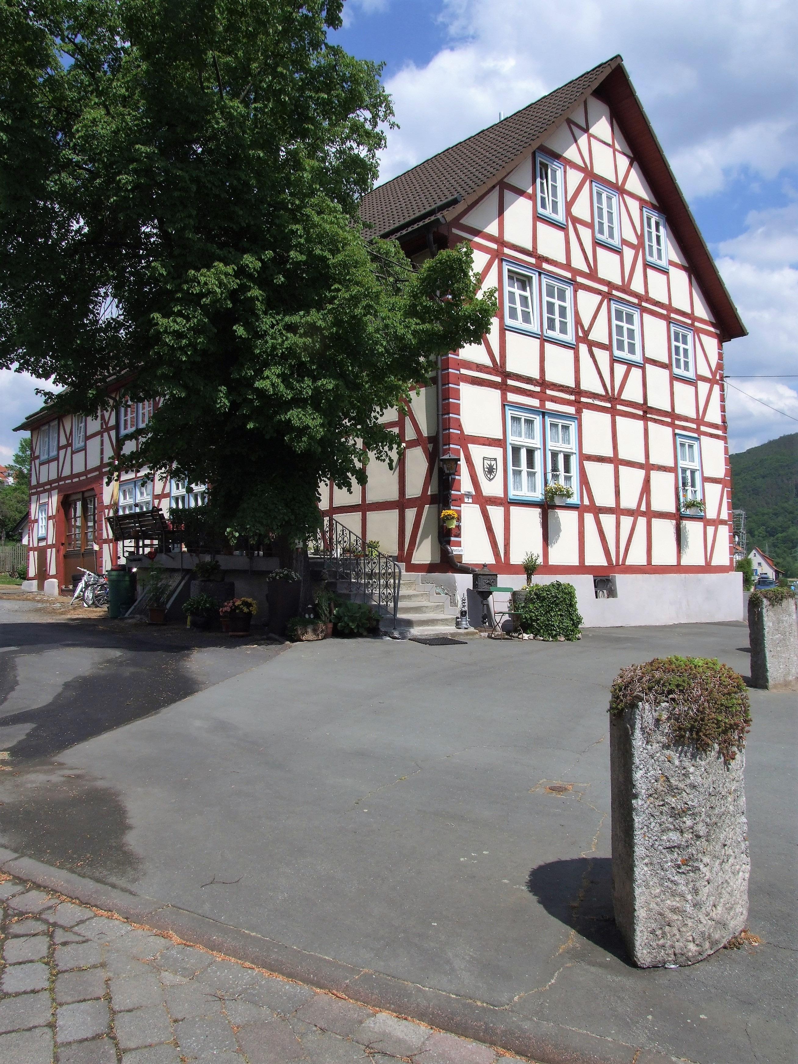 Ein altes, gut erhaltenes Fachwerkhaus direkt neben dem Bürgerhaus in Hemfurth-Edersee.