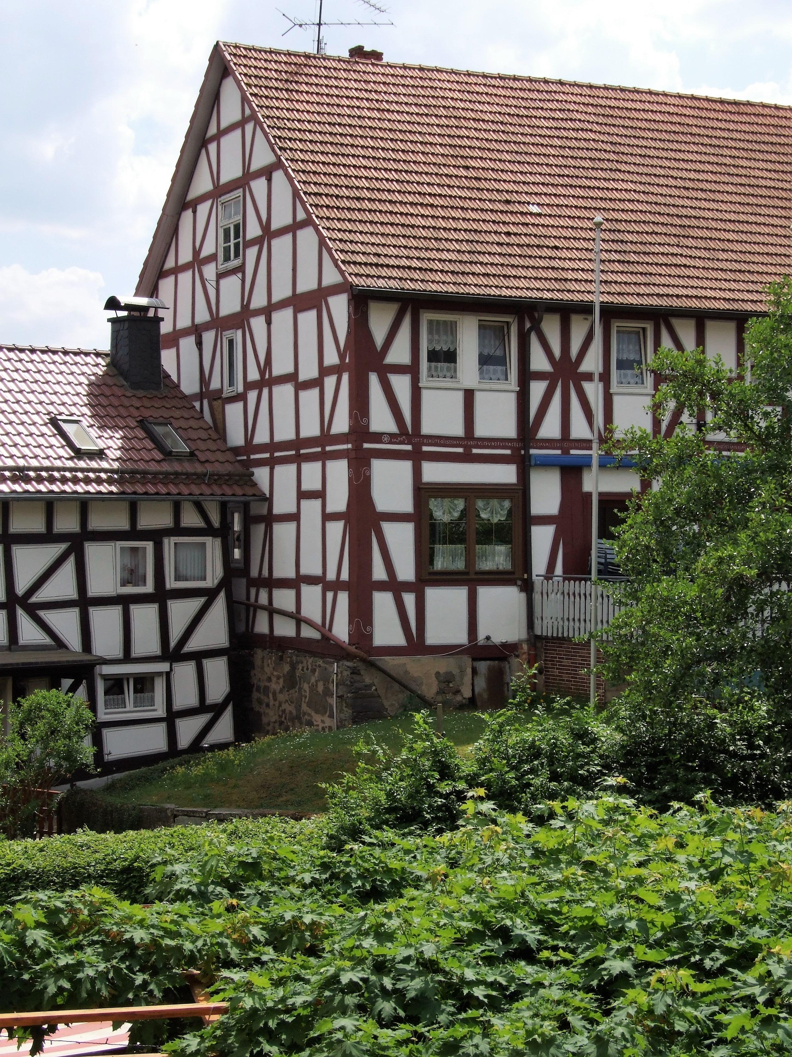 Fachwerkhäuser prägen das Ortsbild von Hemfurth. (Foto: Uli Klein)