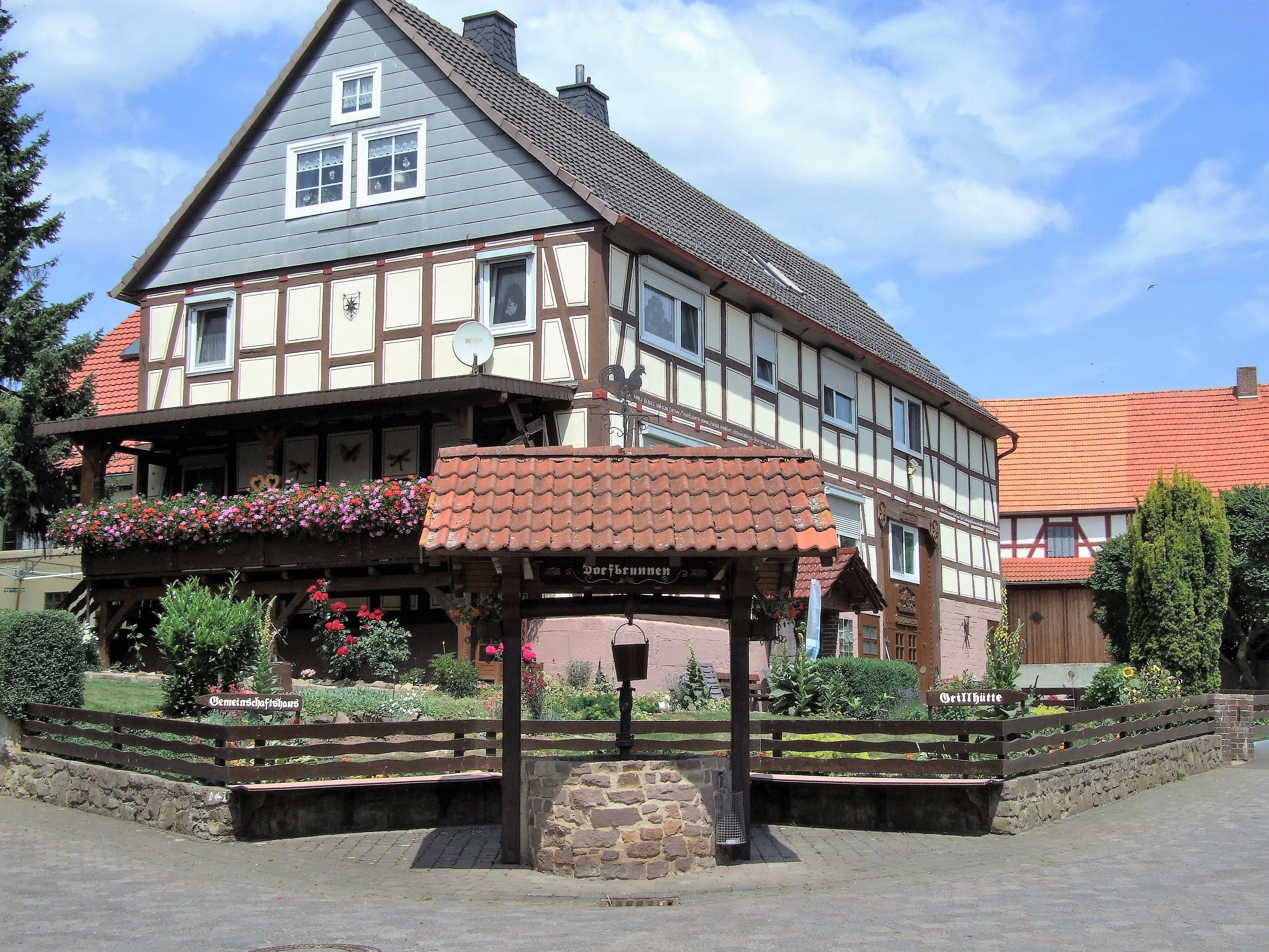 Dorfbrunnen in der Ortsmitte. (Foto: Uli Klein)