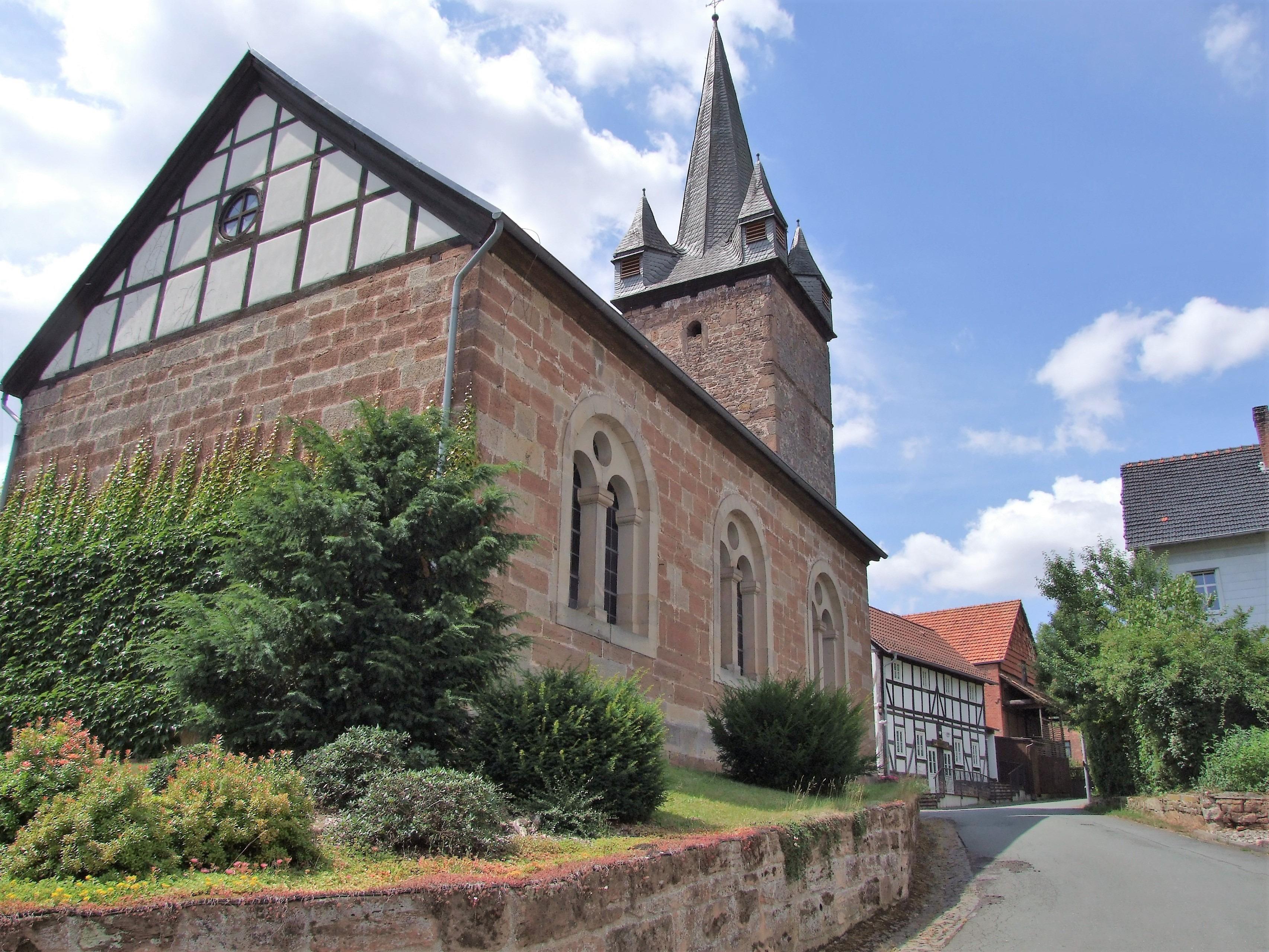 Die evangelische Kirche im Sommer. (Foto: Uli Klein)