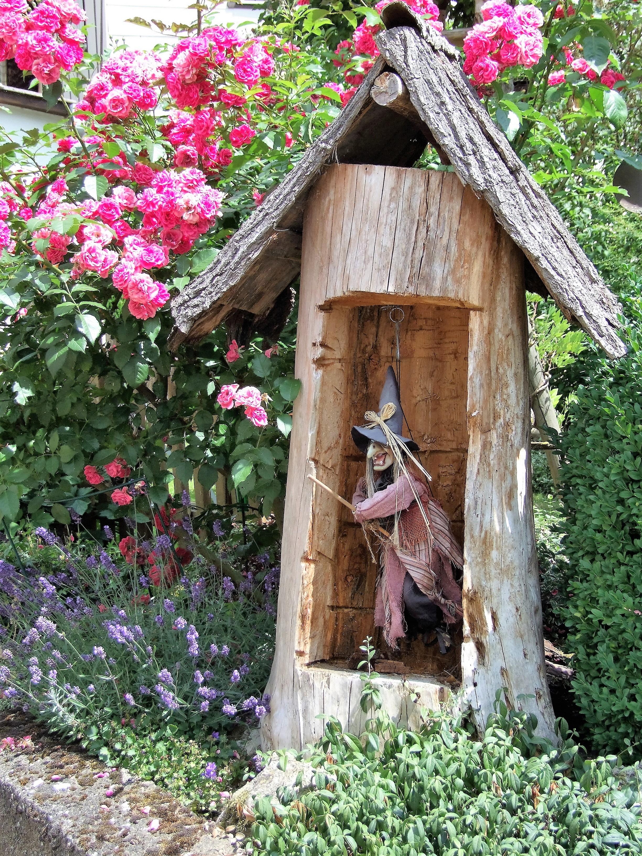 Ein Hexenhäuschen schmückt einen Vorgarten. (Foto: Uli Klein)