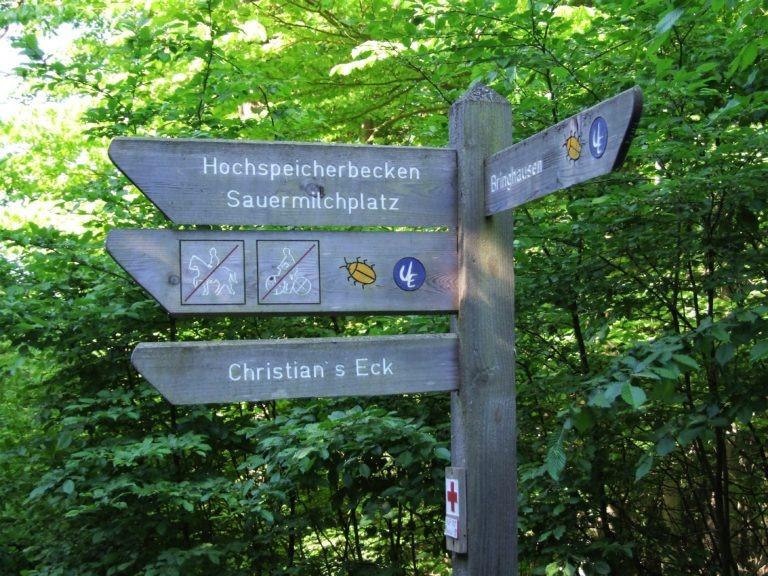 In der Nähe von Bringhausen: Ein Wegweiser im Nationalpark. (Foto: Uli Klein)