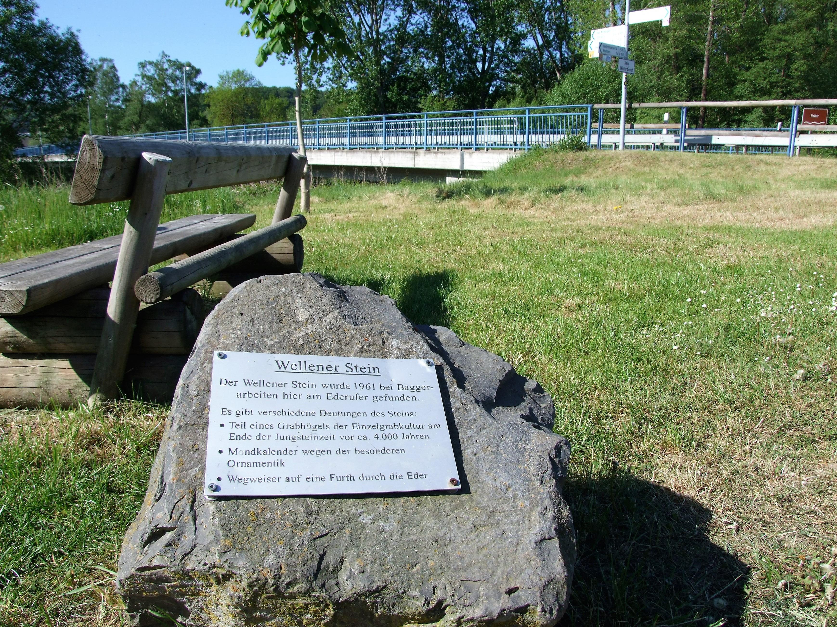 Hinweis auf den Wellener Stein an der Ederbrücke. (Foto: Uli Klein)