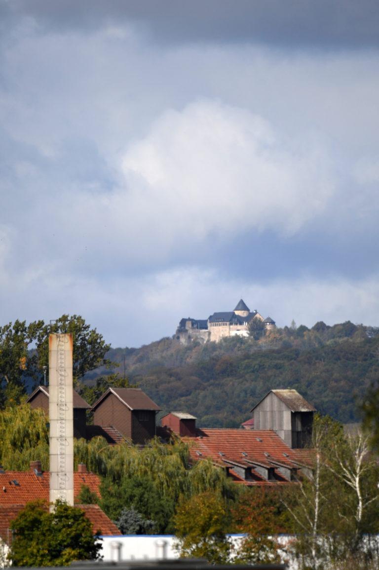 Ungewöhnliche Perspektive: Blick über das Gewerbegebiet zur Burg Waldeck. (Foto: Hermann Sonderhüsken)