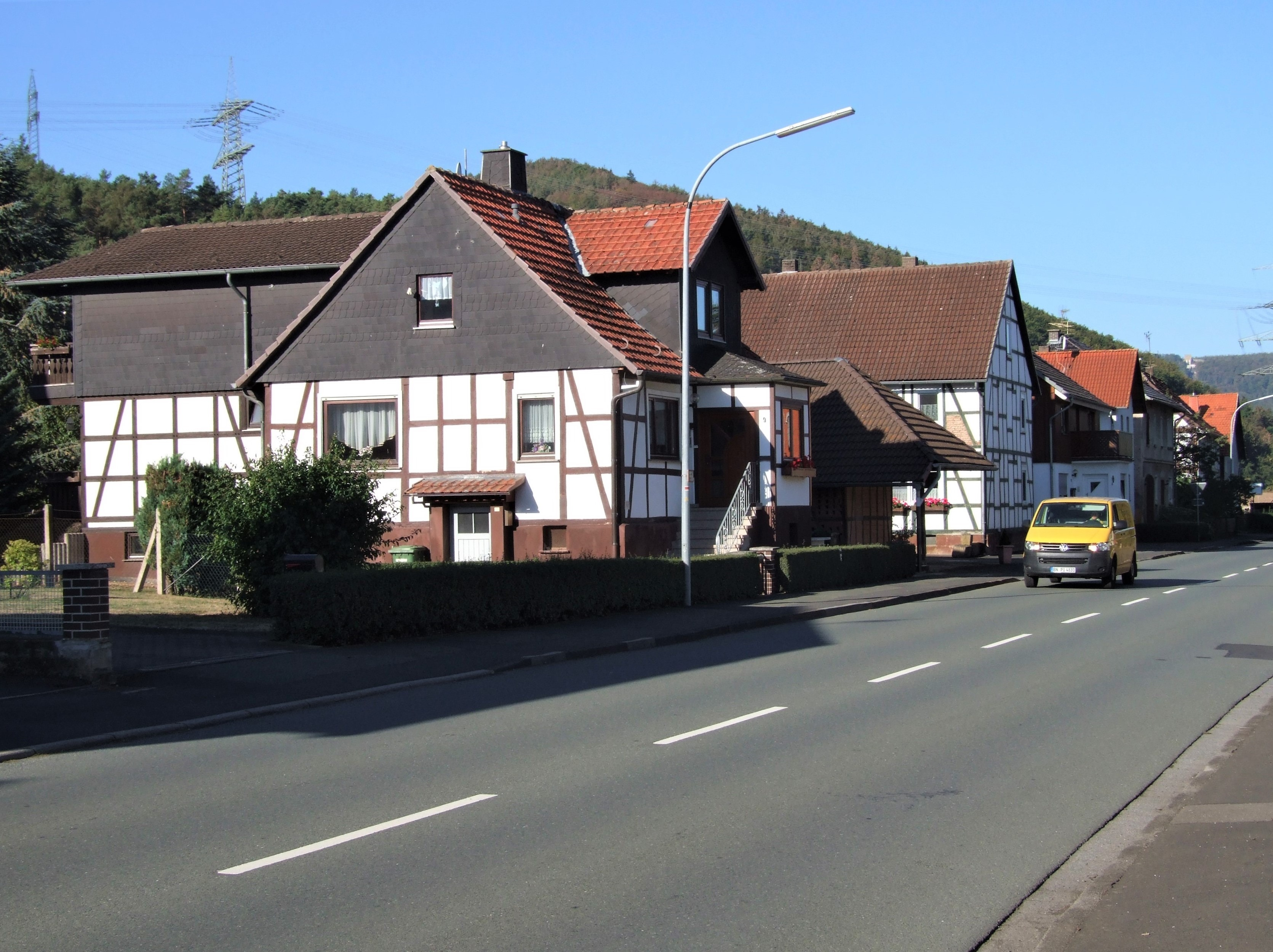 """Blick in die """"Affolderner Straße"""" von Mehlen. (Foto: Uli Klein)"""