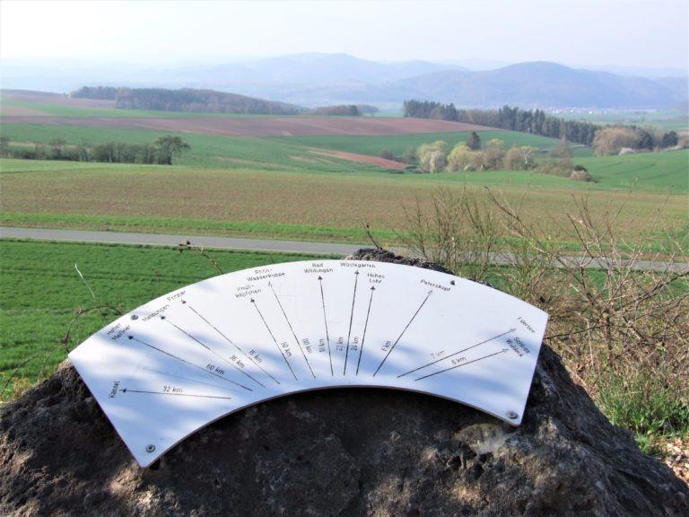 Auf dem Sengelsberg: Eine Hinweistafel weist auf Besonderheiten in der Region hin. (Foto: Uli Klein)